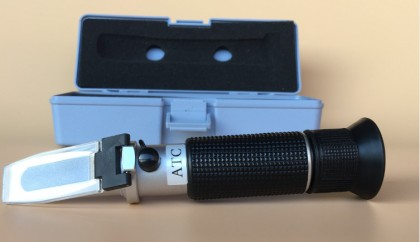 A doboz, elötte a refraktométer